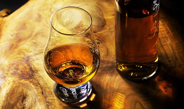 ウイスキーがグラスに入っている写真