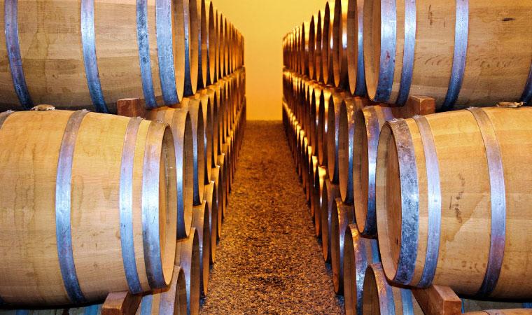 ウイスキー樽が並んでいる写真