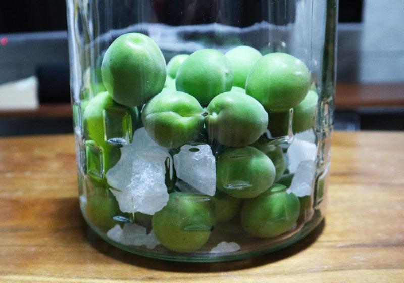 ウイスキーで造る梅酒 氷砂糖と梅を交互に入れる2