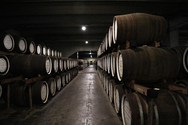樽に貯蔵されているウイスキー