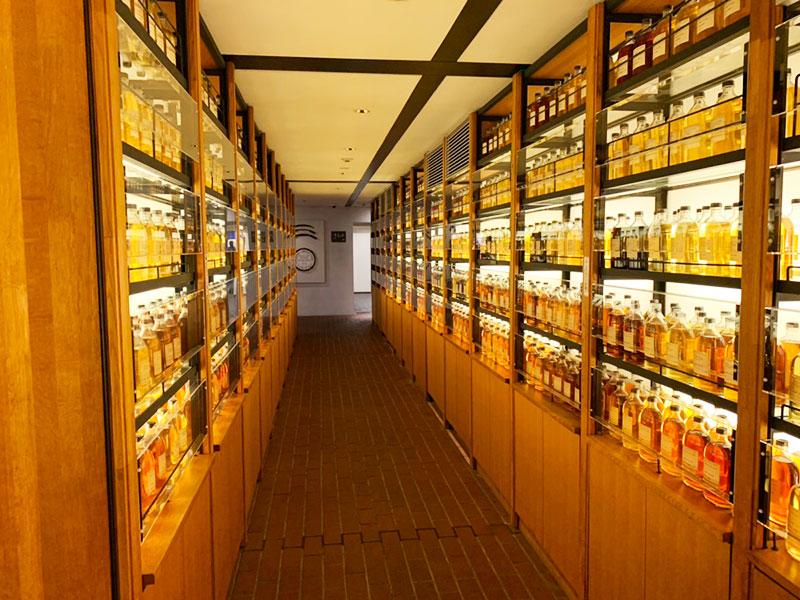 ウイスキーが並ぶ棚